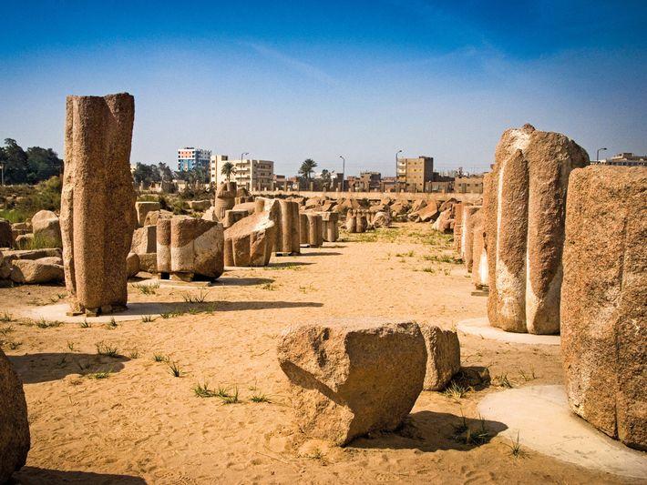 Les ruines de granit rouge du temple de Bastet se trouvent près de la périphérie de ...