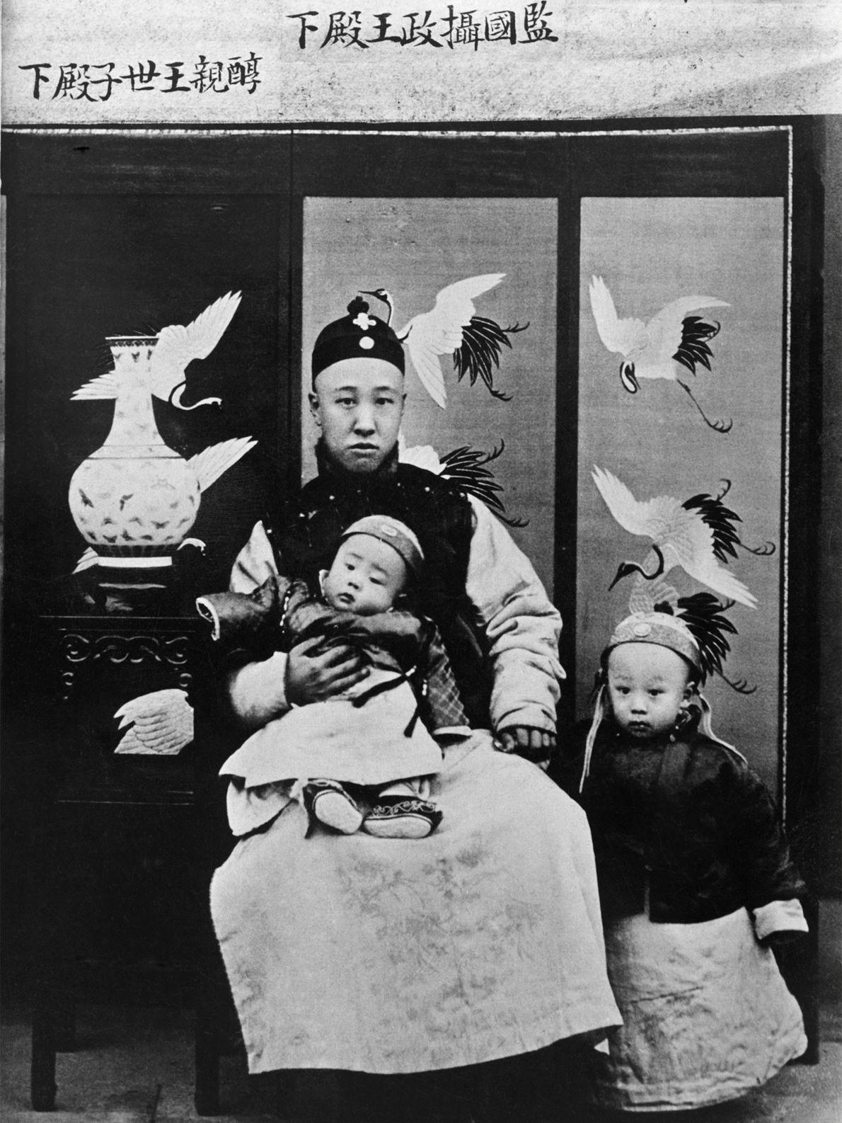 Le Prince de Chun, régent de Chine, prend la pose avec son fils, l'empereur Xuāntǒng, dans ...
