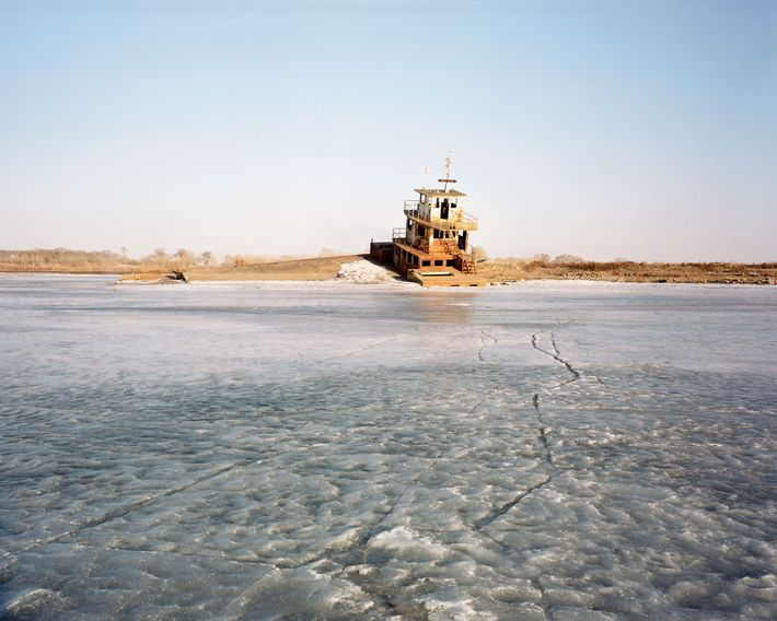 Inutilisé, ce ferry situé sur la rivière Nen à Fularji a été transformé en restaurant, mais ...