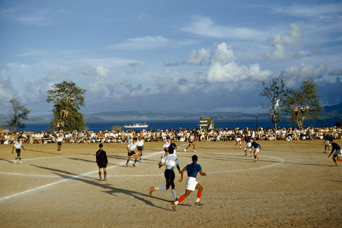 En 1959, la Martinique et la Guadeloupe s'affrontent lors d'un match de football à Fort de ...