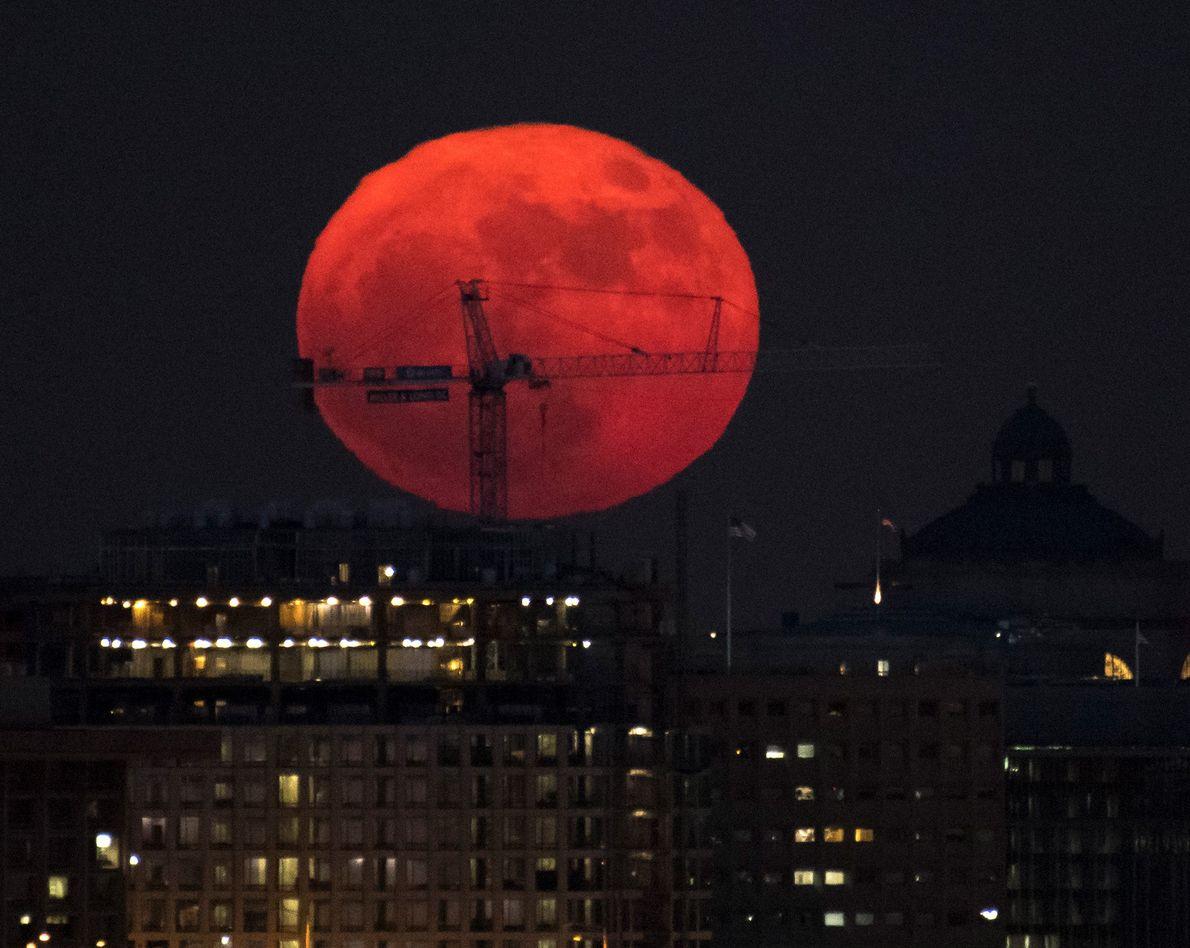 La lune se lève sur Washington, D.C.