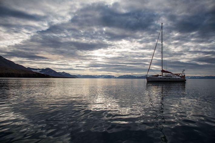 Le bateau de l'équipe d'exploration jette l'ancre dans l'archipel de Svalbard, un jour d'accalmie.