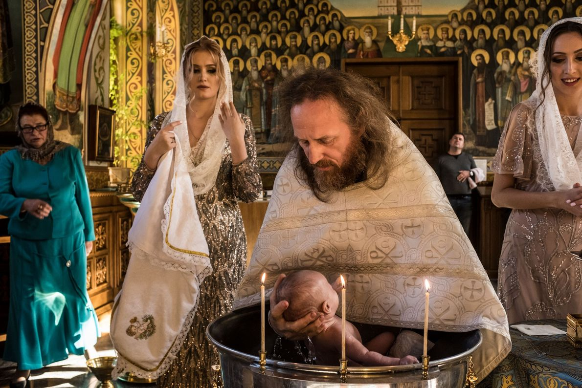 Le prêtre Ilya baptise Alisa, âgée de trois mois, dans une des églises de la laure ...