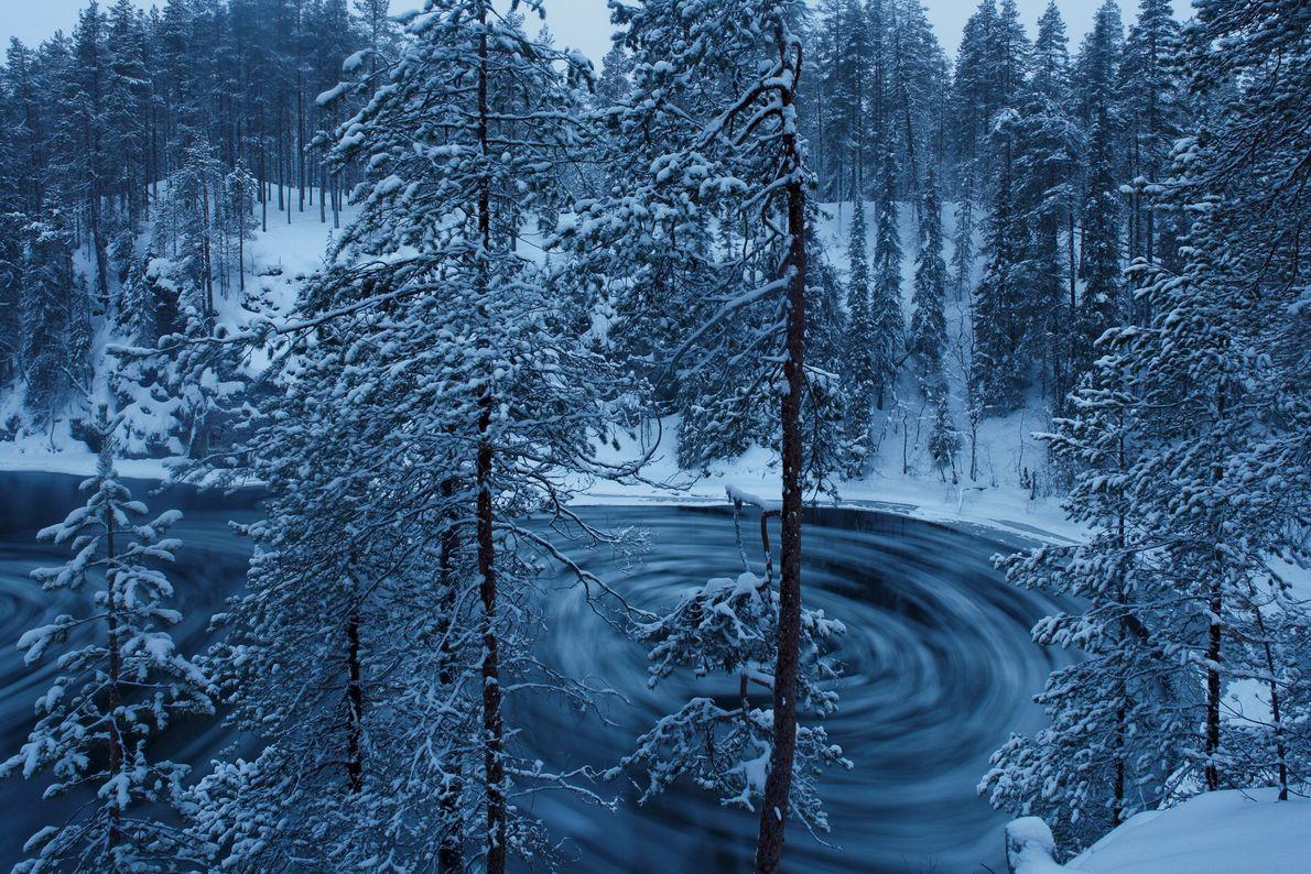 À l'heure du crépuscule hivernal, la rivière Kitka forme un tourbillon au-dessus des rapides de Jyrävä.