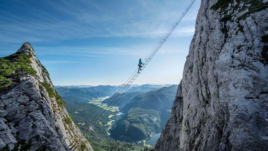 Une échelle suspendue dans le vide pour admirer les Alpes autrichiennes