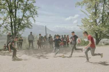 Une partie de football se tient dans une école à Kuta. Si un barrage est construit ...