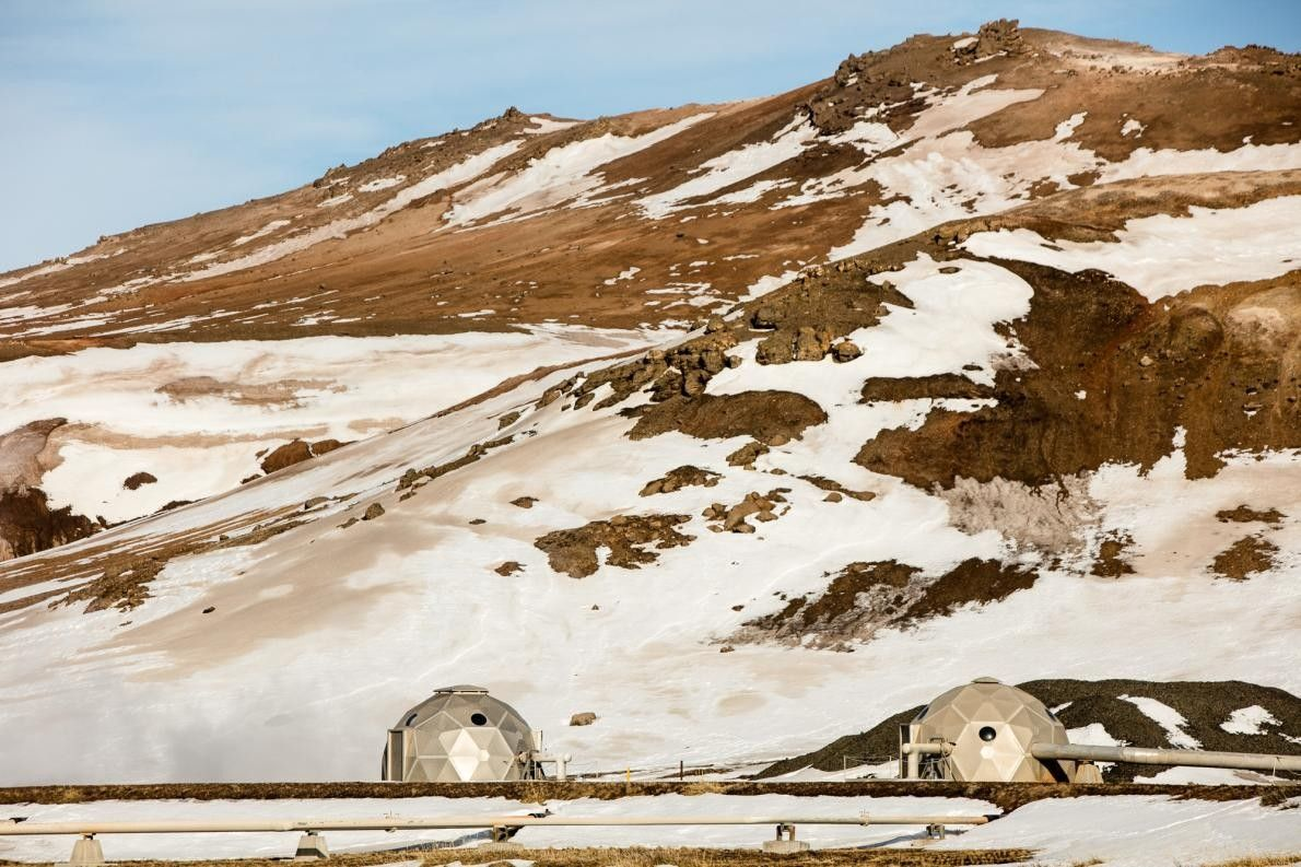 De la vapeur s'élève d'une centrale géothermique située non loin de la rive nord du lac ...