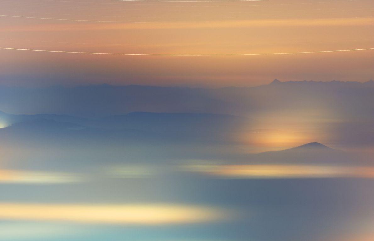 La brume enveloppe un village du nord de la Hongrie alors que système stellaire Gamma Andromedae ...