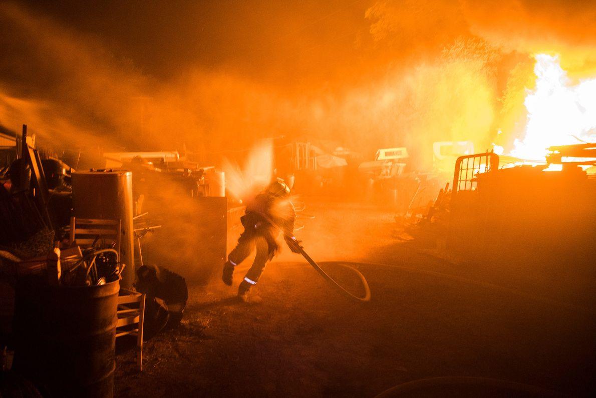 Alors qu'il luttait contre l'incendie Fire près de Lakeport en Californie, la pression de l'eau dans ...