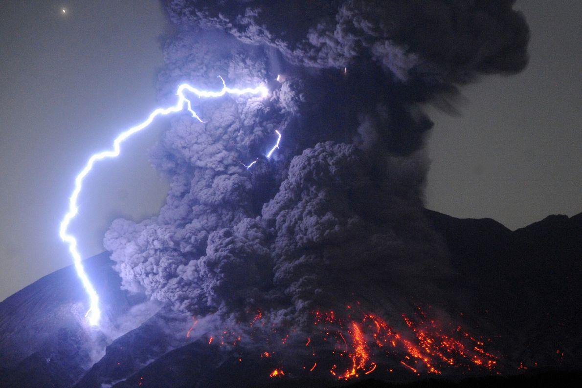 En plus de déverser d'impressionnantes rivières de roches fondues, les volcans génèrent également de fulgurants éclairs. ...