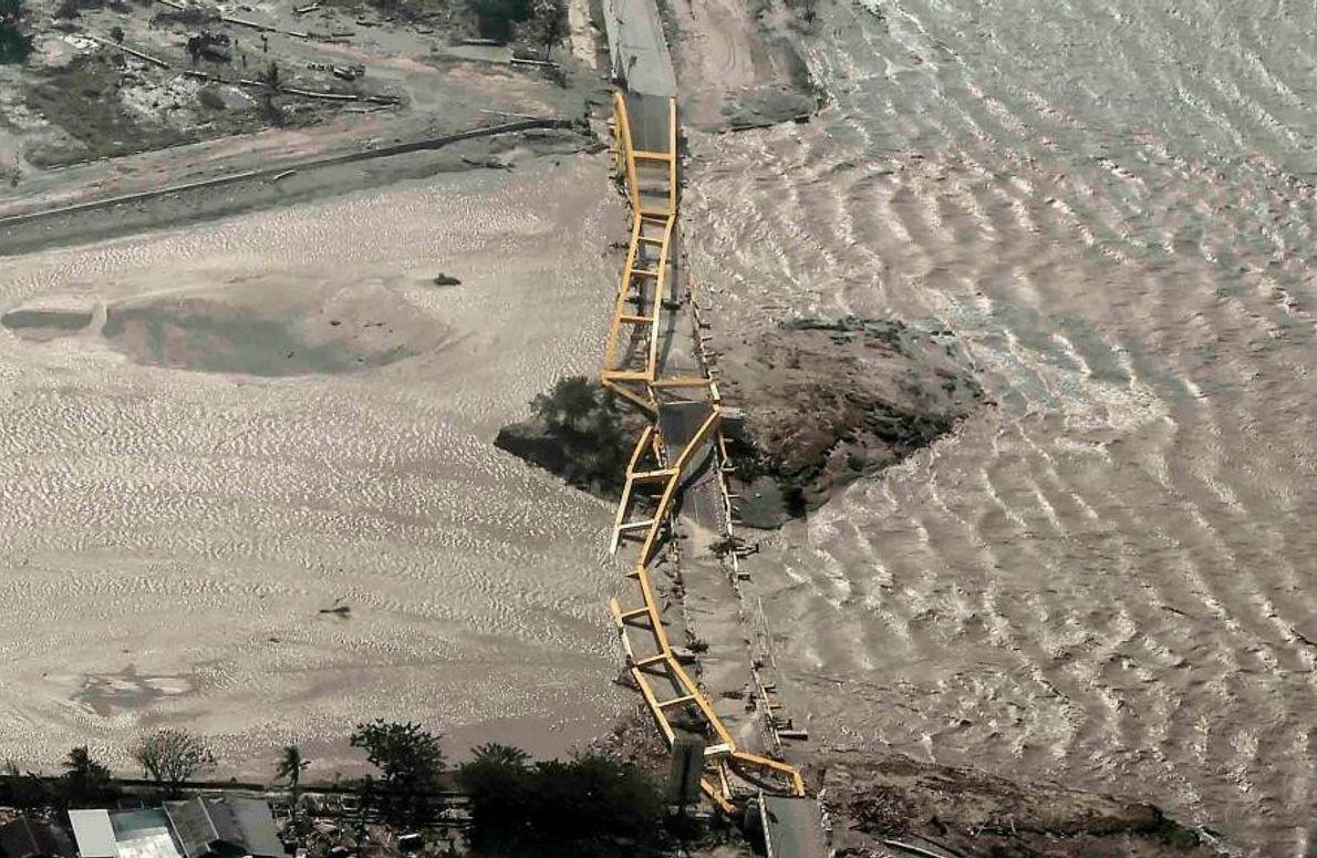 Cette photo aérienne montre un pont détruit par la catastrophe qui a frappé Palu.