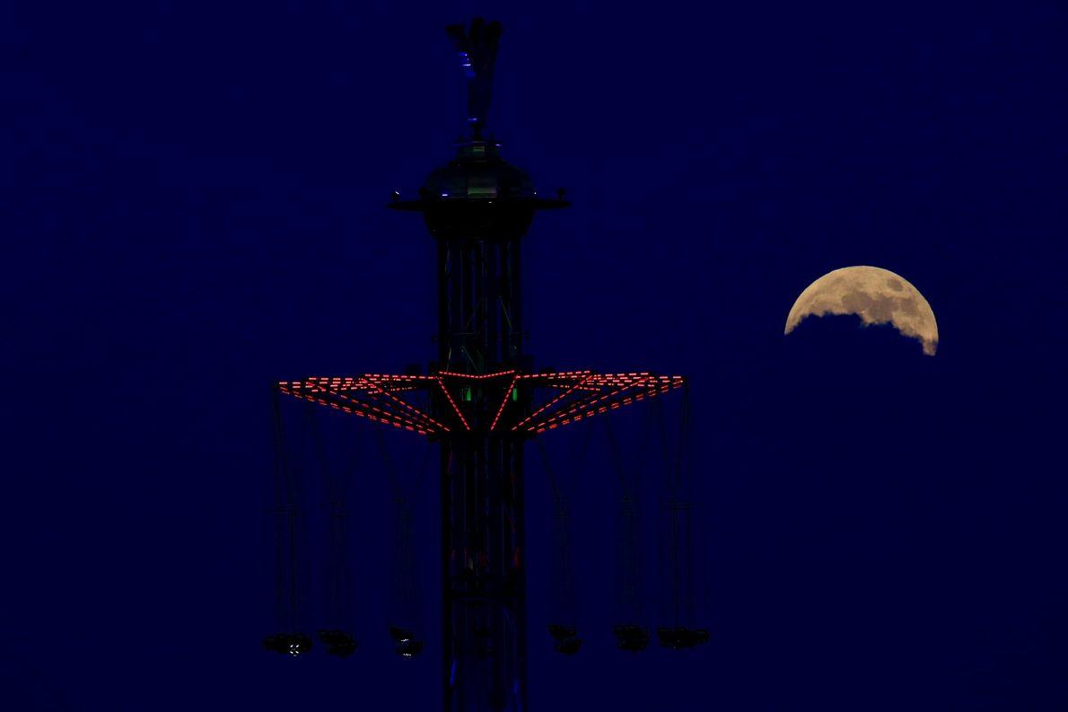 La nuit de l'éclipse lunaire, les nuages cachent en partie la pleine lune à Tel Aviv, ...