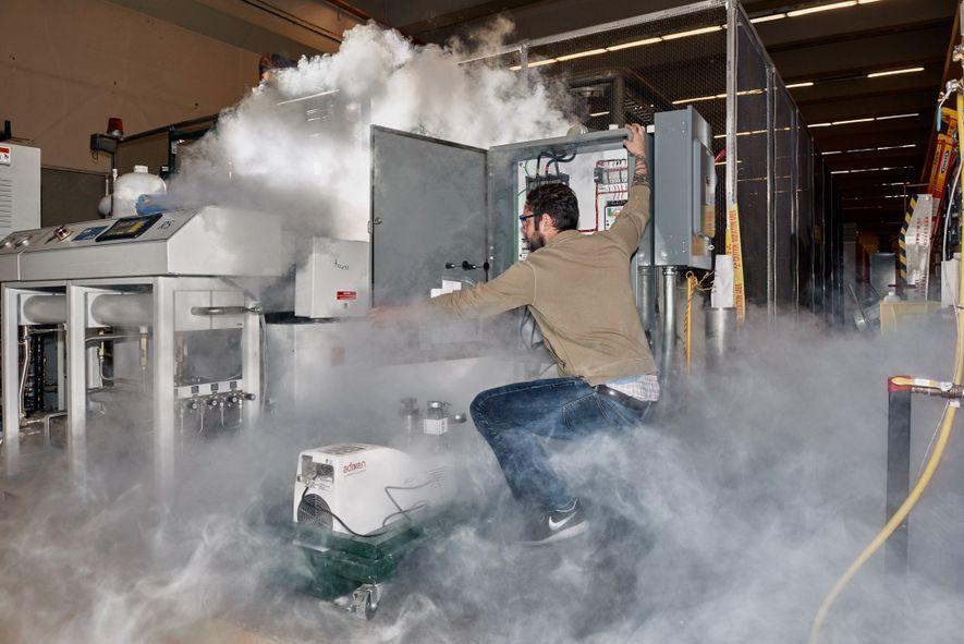 Nick Force, ingénieur de recherche, réalise l'entretien routinier d'ADMX avec de l'azote liquide.