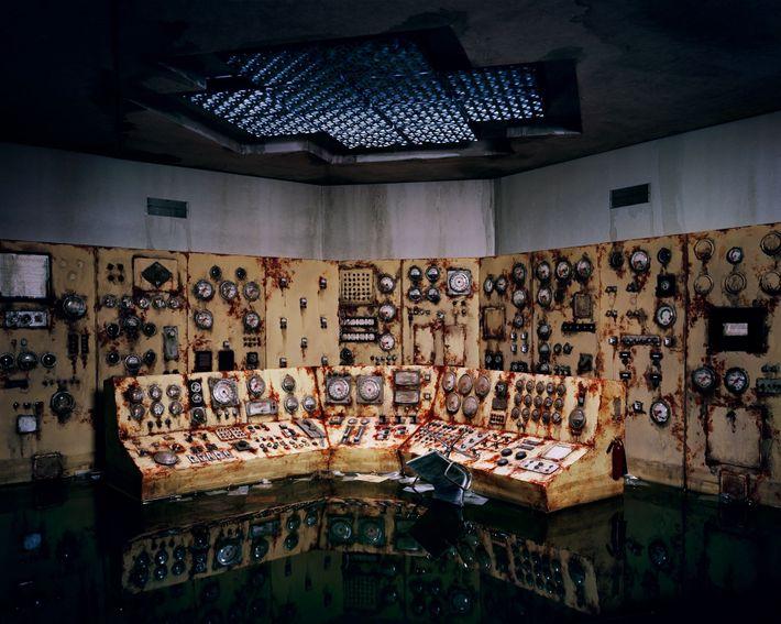 La rouille a gagné depuis longtemps cette salle de contrôle abandonnée. D'après Nix, leurs œuvres offrent ...