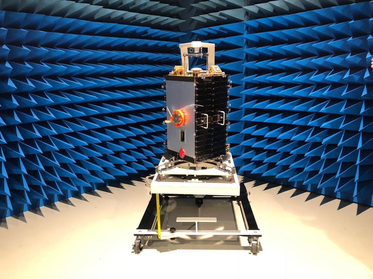 Le satellite European Student Earth Orbiter est soumis à des tests dans les locaux de l'Agence ...
