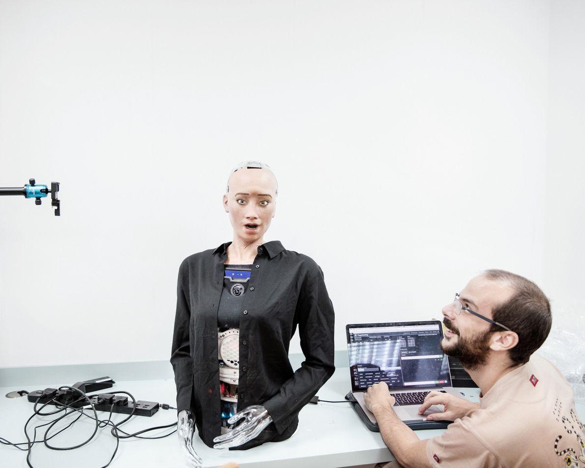 Un ingénieur du son travaille sur Sophia au Hanson Robotics. Le robot a pu prononcer des ...