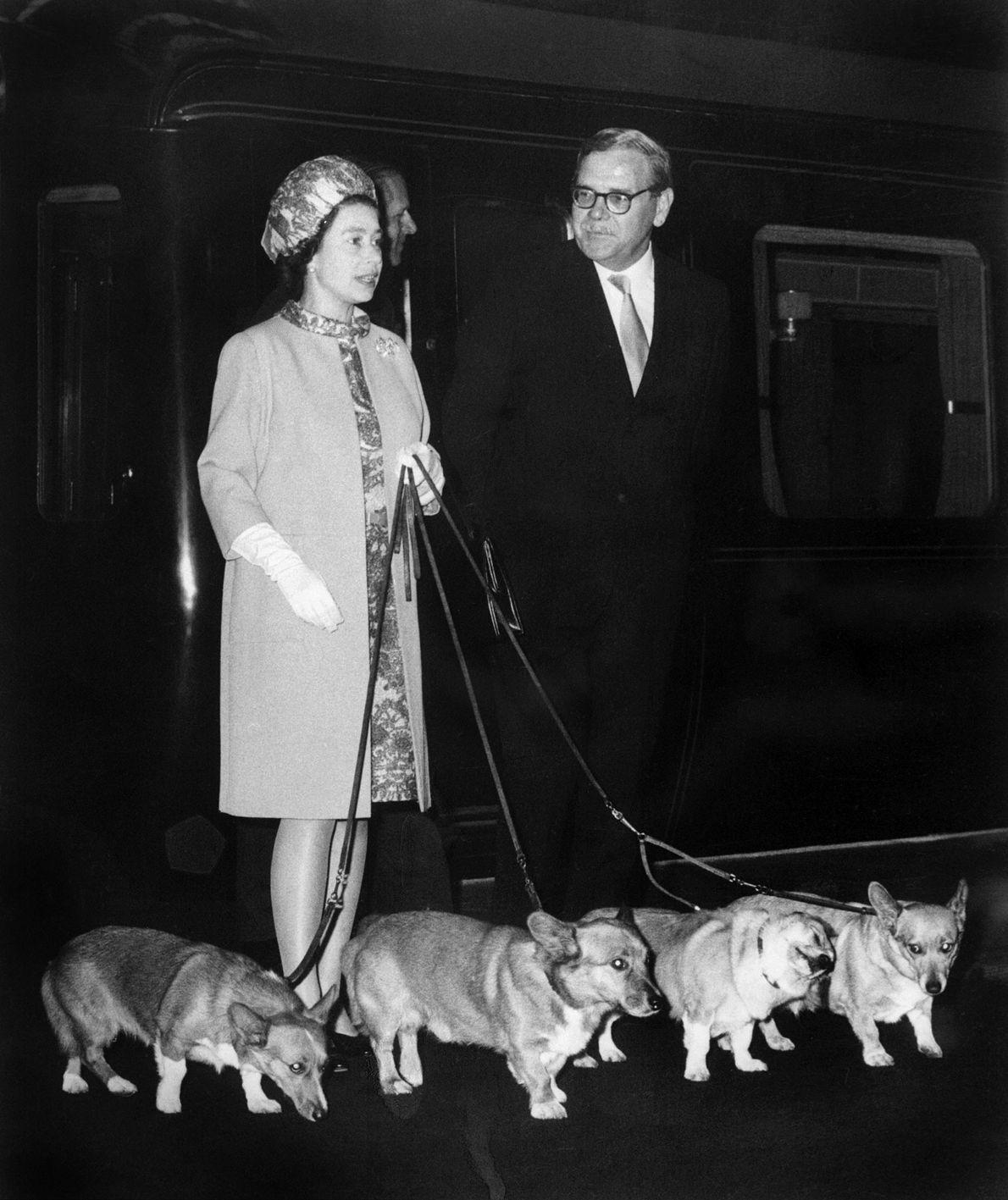 Photo de la Reine Elizabeth II qui arrive à la station de King's Cross à Londres