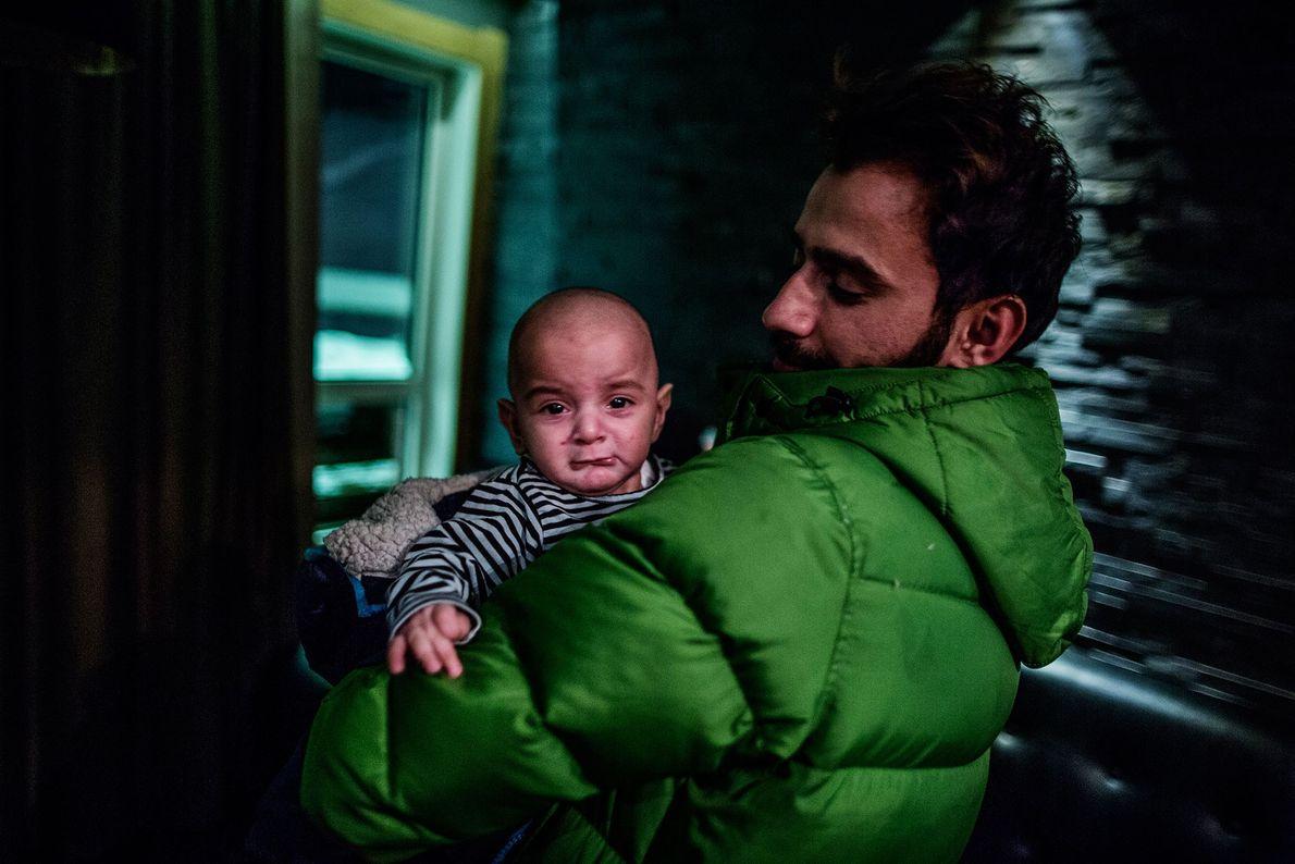 Image de Mustafa Dagher, 37 ans, portant Nuha qui aurait attrapé la varicelle