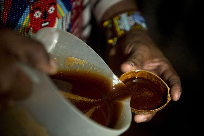 Un guérisseur offre l'ayahuasca pendant un rituel de guérison en Colombie. La découverte de la grotte ...