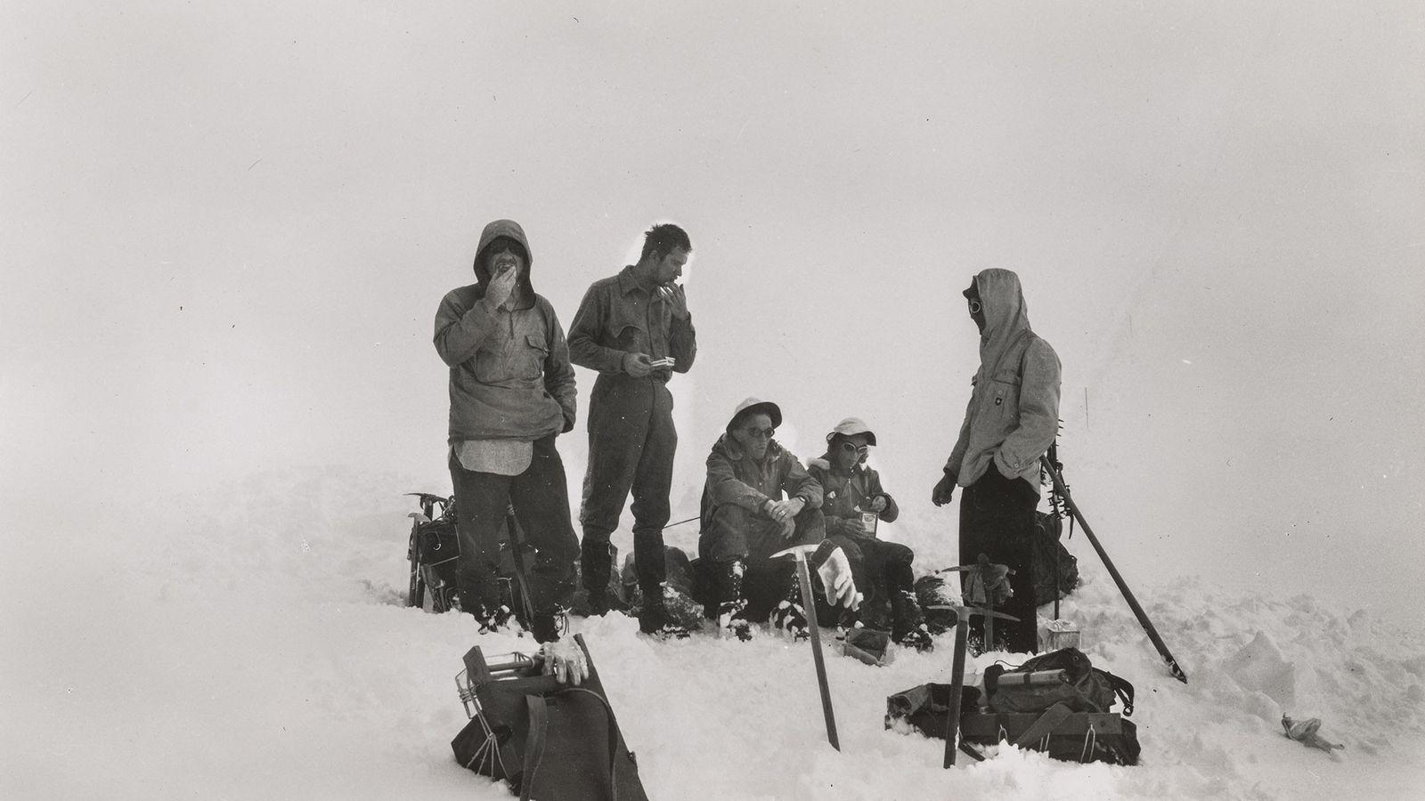 Barbara Washburn (deuxième à droite) et l'équipe déjeunent à 2 800 mètres sur le mont Hayes. ...