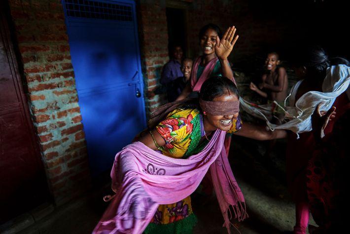 Nirma, 16, joue avec ses amis et ses cousins. La ligne de pigment rouge vermillion tracée ...