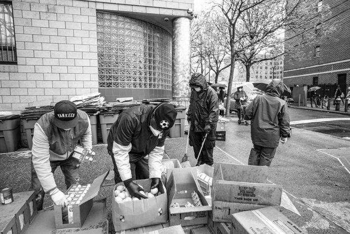 Par un jour pluvieux, Christian Estrada (à gauche), directeur du United Bronx Food Pantry et Guillermo ...