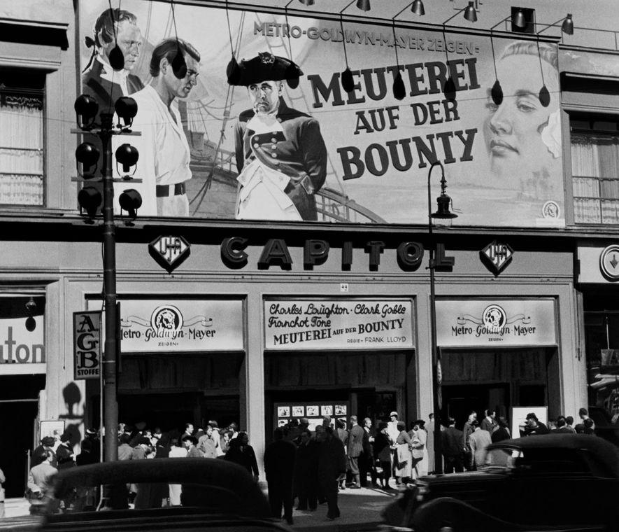 Les Révoltés du Bounty passait au cinéma durant le séjour de Chandler à Berlin. Un an après la publication de cette photo, la violence de la Nuit de Cristal s'est abattue sur les magasins et les propriétés juives, vandalisés et incendiés.
