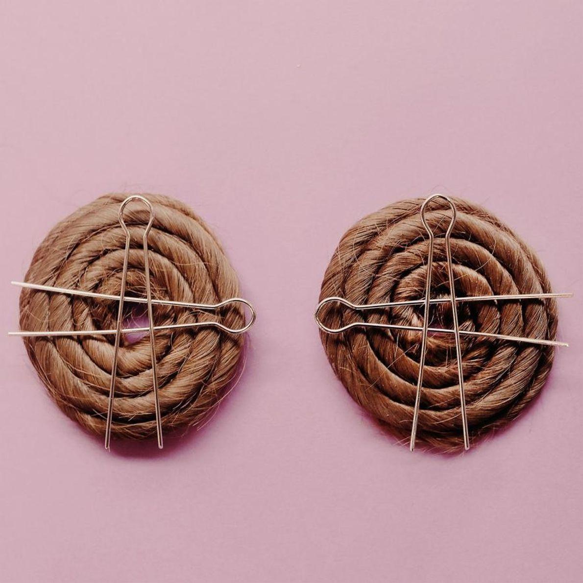 Ces « moños », des chignons plats faits à partir de mèches de cheveux entortillées sur ...