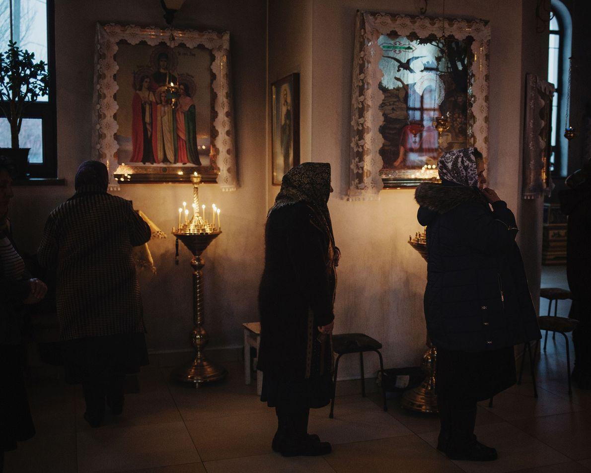 Dans la ville de Ceadîr-Lunga, des femmes assistent à la messe du soir.