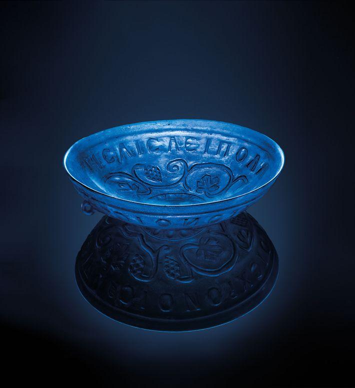 Cette coupe en verre bleu transparent vieux de 1 700 ans, d'un peu plus de 20 ...
