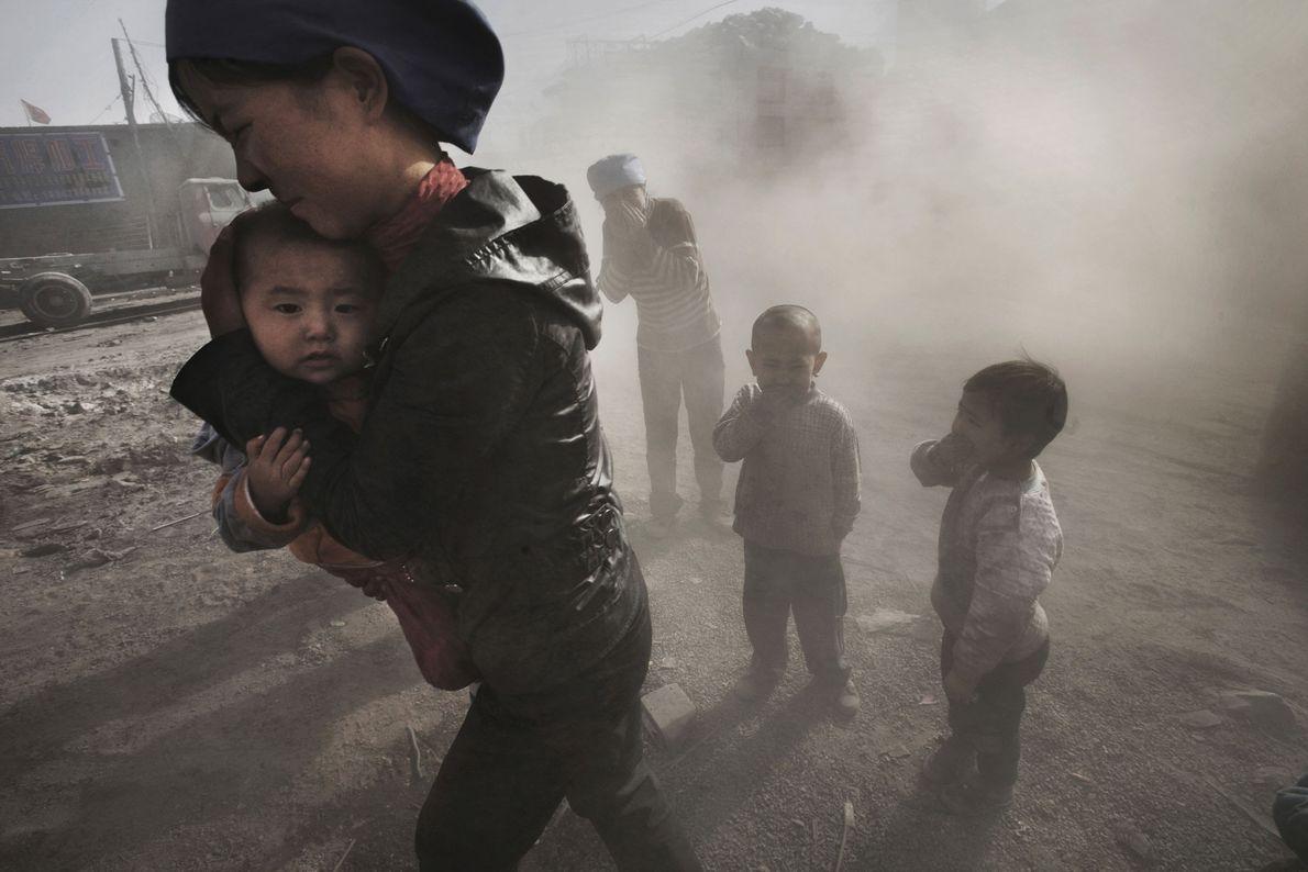 La poussière émanant d'un camion transportant du charbon et de la chaux recouvre les habitants de ...
