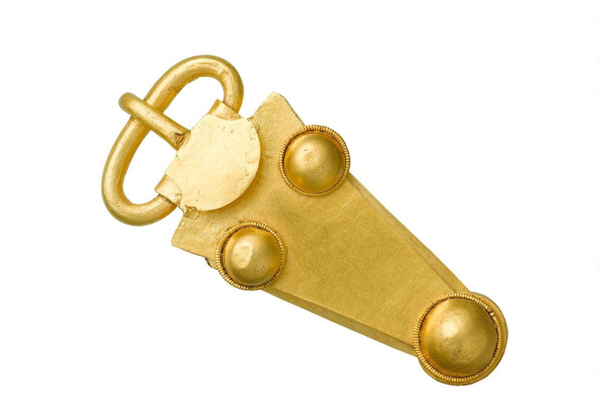 Les scientifiques pensent que cette boucle de ceinture en or a été conçue spécialement pour la ...
