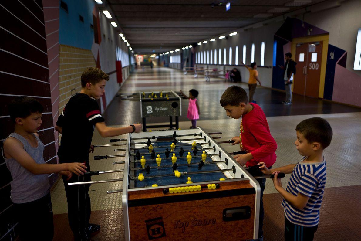 Des frères originaires de Baniyas, en Syrie, joue au babyfoot dans le hall de la prison ...