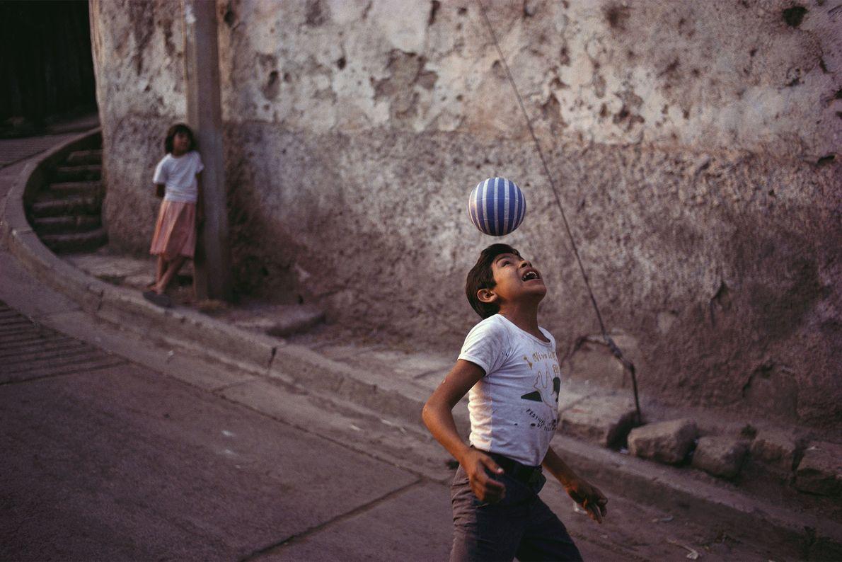 Un garçon s'entraîne à faire des têtes dans une rue de Tegucigalpa, au Honduras. La popularité ...