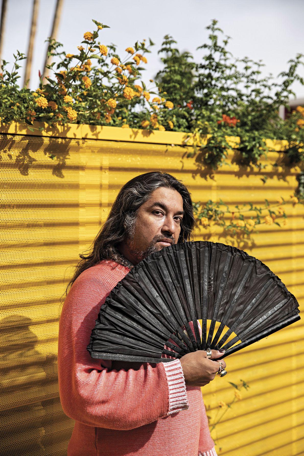 Employé du Saguaro Hotel de Palm Springs en Californie, Jorge Castellon prend la pose avec un ...