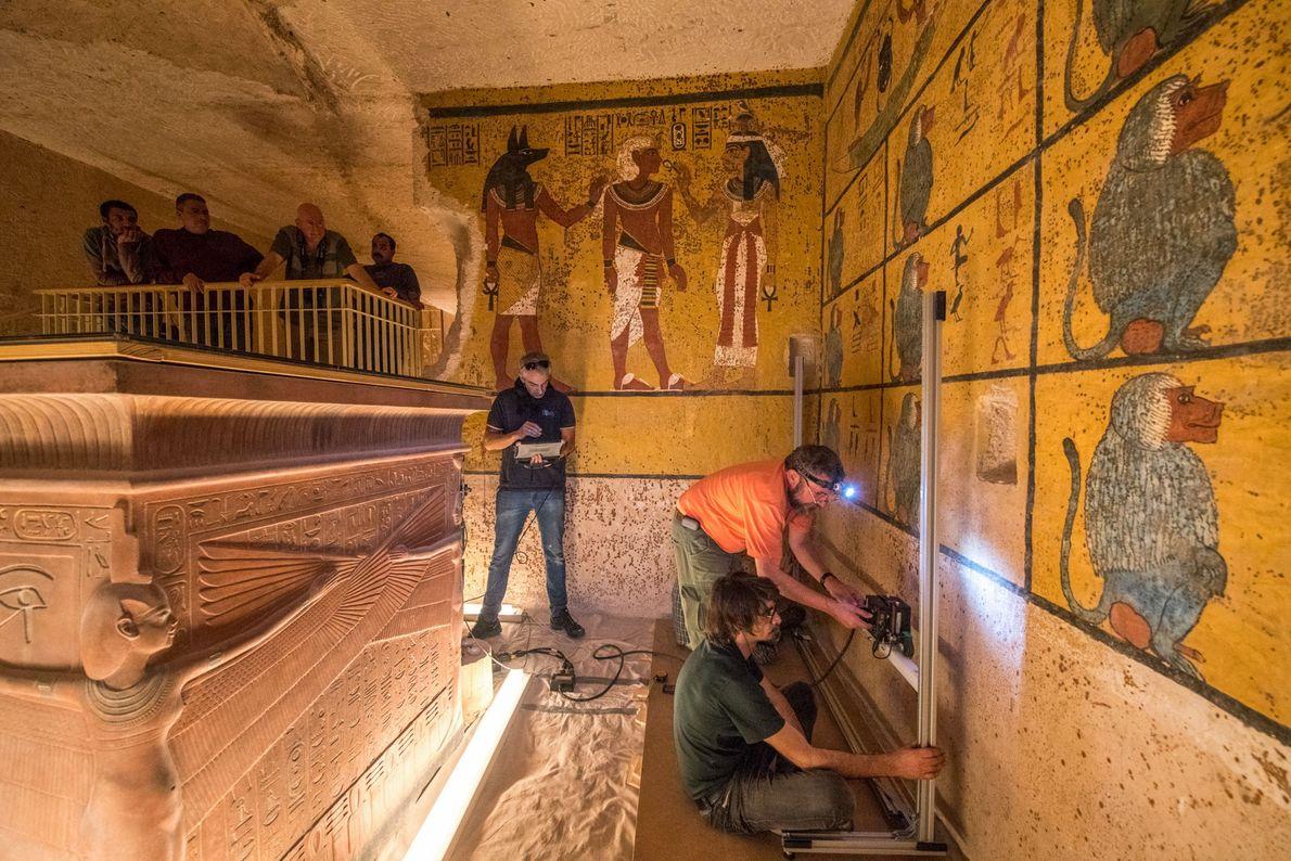 Scientifiques et fonctionnaires égyptiens observent l'étude menée dans le tombeau de Toutânkhamon, le 1er février 2018.