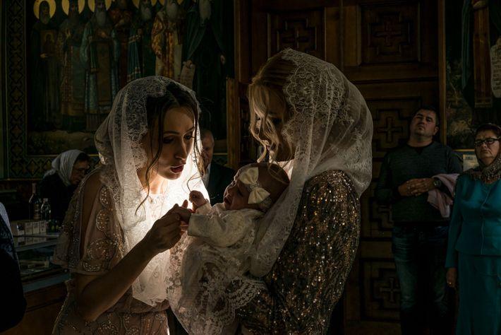 Dans les bras de sa mère Taisia Melnyk, Alisa, âgée de trois mois, est réconfortée par ...
