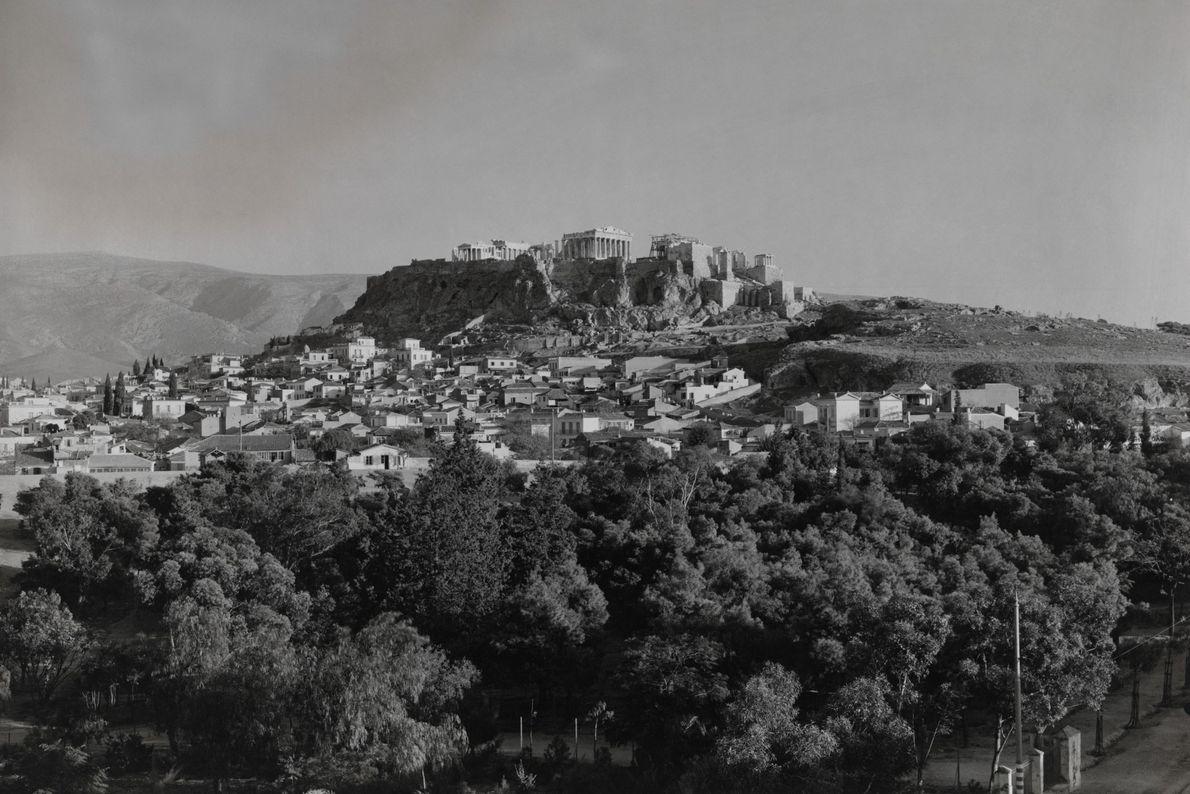 Cette photo datant de 1922 est celle de l'Acropole d'Athènes qui était probablement le site d'un ...