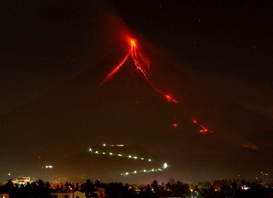 En décembre 2009, le volcan Mayon en éruption rejette des cascades de lave.