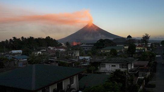 Des cendres volcanique du volcan Mayon recouvrent le ciel au-dessus de Legazpi, le 27 décembre 2009.