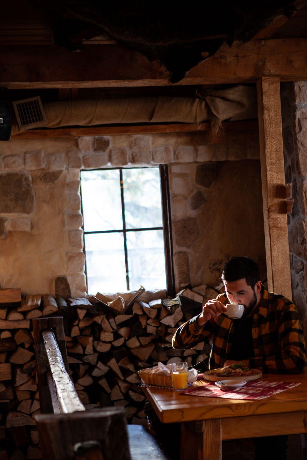 Le photographe National Geographic Ciril Jazbec se réchauffe dans l'un des refuges de montagne de Vogel.