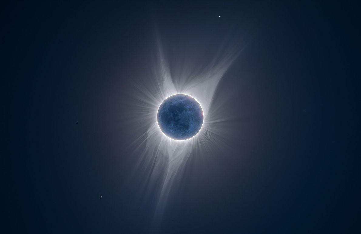 La Lune est illuminée dans ses moindres détails dans cette photographie à expositions multiples prise pendant ...
