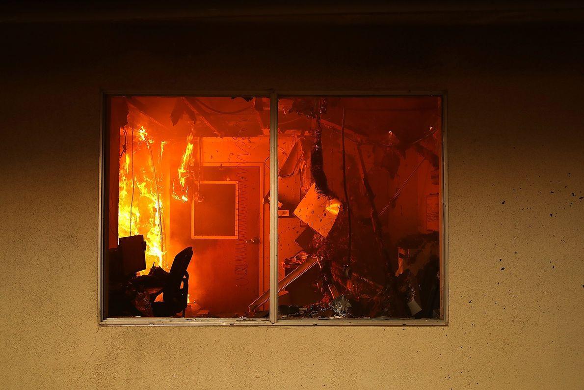 Alors que le feu Camp se propage à travers Paradise en Californie le 8 novembre, l'intérieur ...