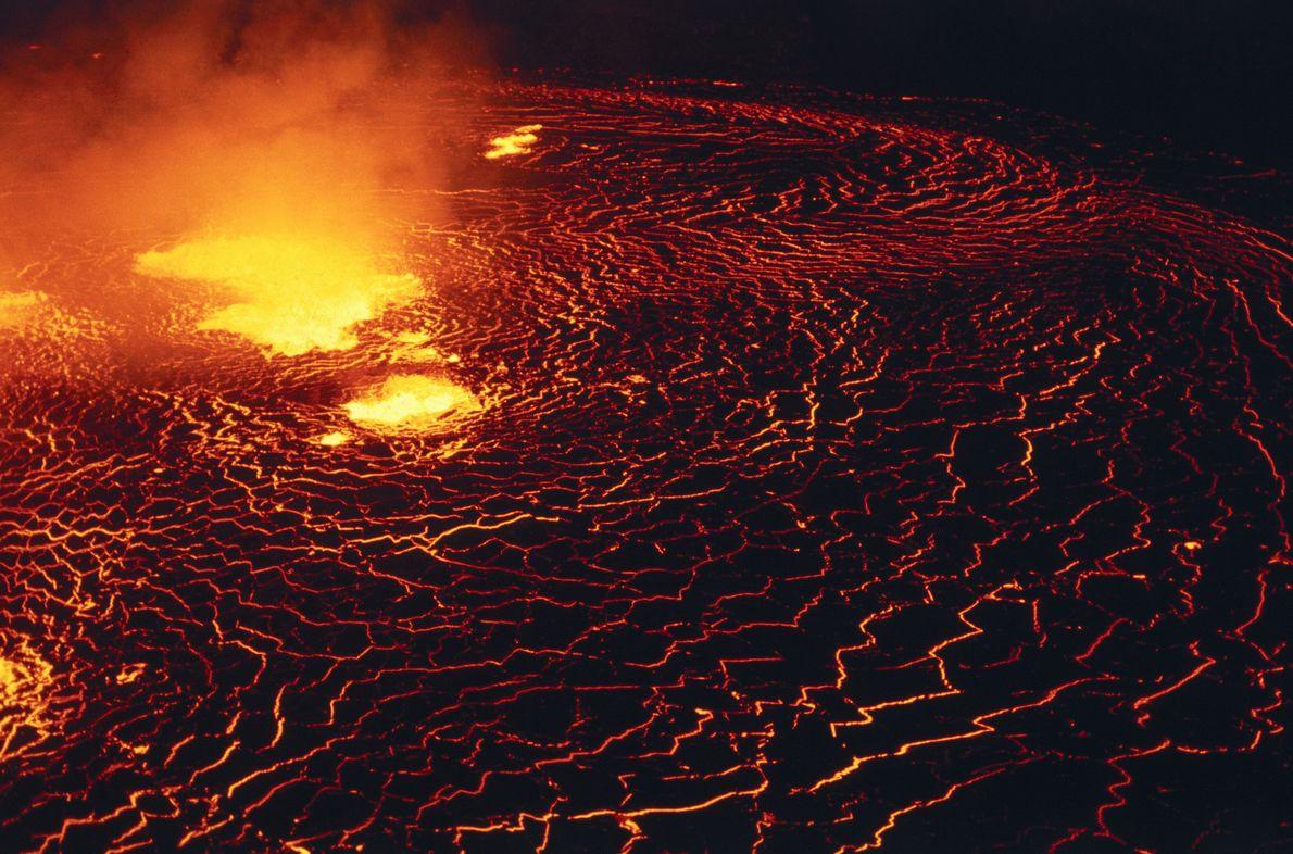 Le cratère volcanique Halemaʻumaʻu du volcan Kilauea a pendant longtemps abrité un lac agité de lave ...