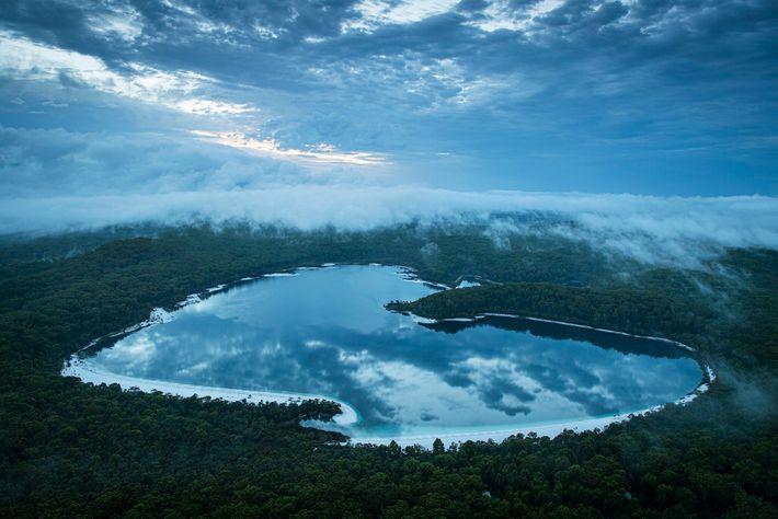 Le lac McKenzie, un lac d'eau douce, est l'une des principales attractions touristiques de l'île et ...