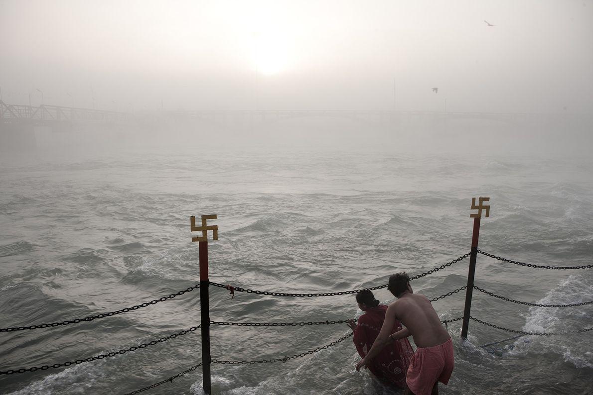 Les dévots hindous se baignent dans le Gange pendant la célébration Kumbh Mela, pour se laver ...