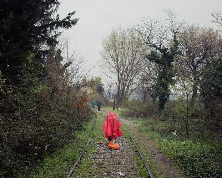 Une petite fille ramasse des morceaux de bois le long de la voie ferrée. Ce qu'elle ...