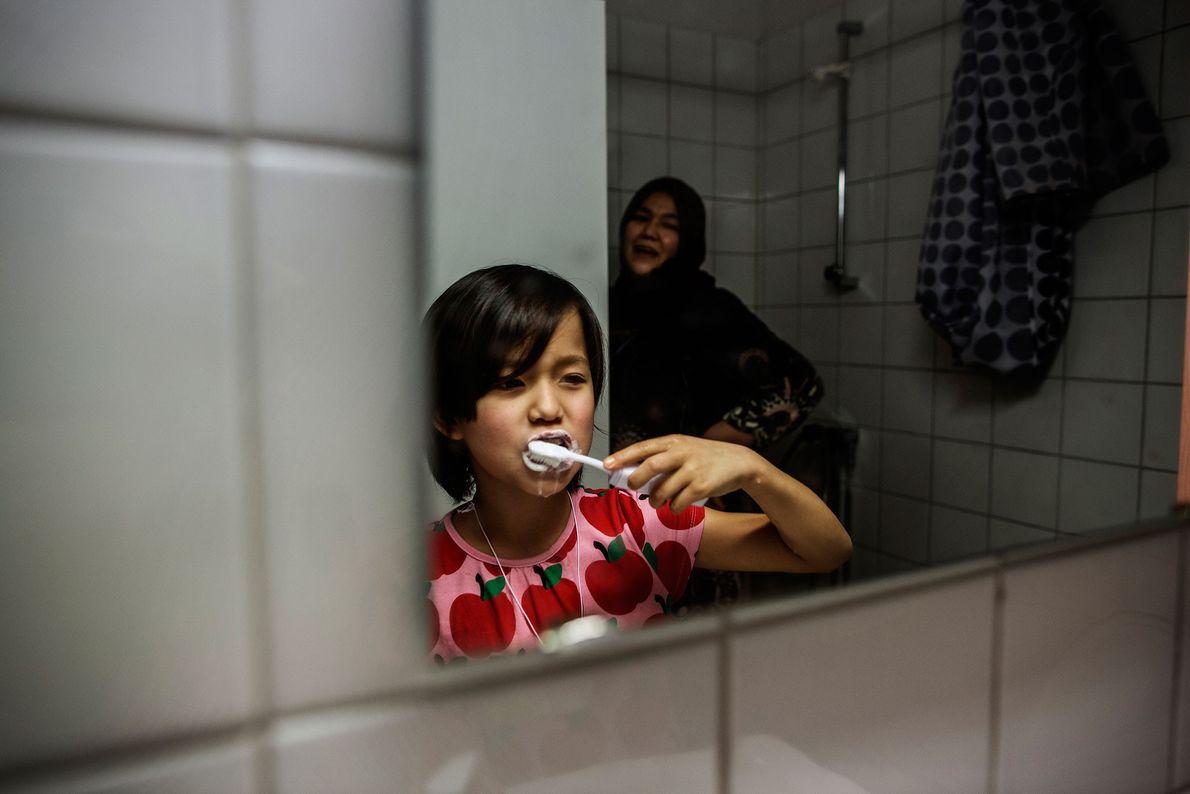 Image de Masome Hasani et de sa mère, toutes deux venues d'Afghanistan avec leur famille à ...