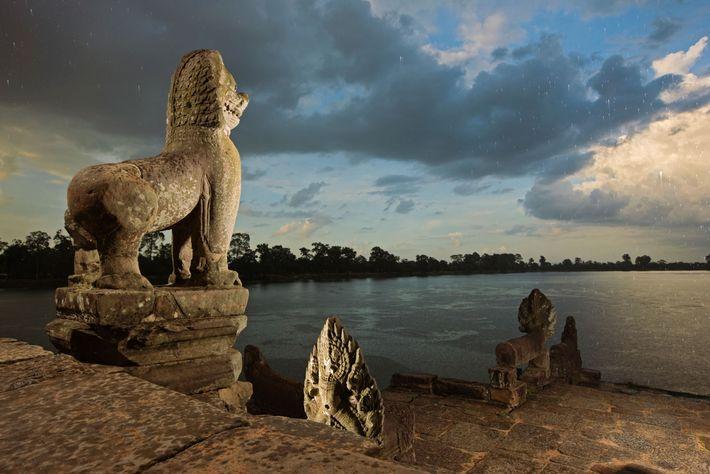 Des nuages de mousson déversent leurs pluies sur le réservoir de Srah Srang.
