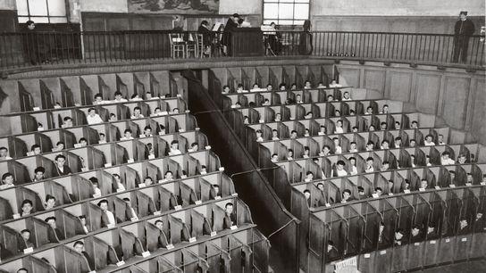 Détenus dans les boxes de la chapelle cellulaire de la Petite Roquette, 1930.